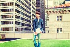 Europese gediplomeerde student die in New York bestuderen stock afbeelding