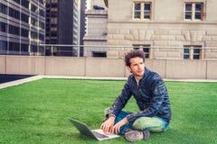 Europese gediplomeerde student die in New York bestuderen royalty-vrije stock fotografie