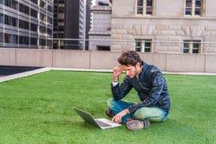 Europese gediplomeerde student die in New York bestuderen stock afbeeldingen