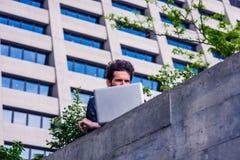 Europese gediplomeerde student die in New York bestuderen stock foto