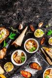Europese keuken voorgerecht voor wijn op een zwarte achtergrond Pastei, minisalade, canape, overzeese producten, zalm en mosselen stock foto