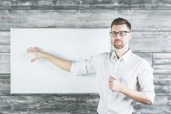 Europese mens die op whiteboard richten Stock Foto
