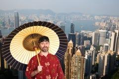 Europese mens in traditioneel Chinees kostuum in Hong Kong stock foto