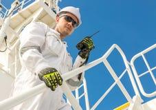 Europese mens in witte workwear en helm met VHF royalty-vrije stock afbeeldingen