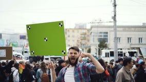 Europese mensen bij demonstratie Mens met een banner die in een mondstuk gillen