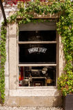 Europese oude winkelopslag in de stad Stock Fotografie