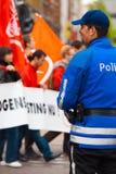 Europese Politie Blauwe Eenvormige Achter Glimlach Stock Afbeelding