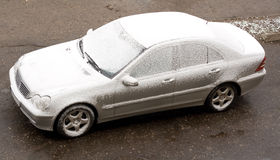Europese sedan in sneeuw. Royalty-vrije Stock Afbeelding