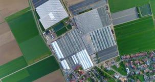 Europese stad dichtbij serres, grote serre complexe dichtbijgelegen het Europese dorp, Google Maps-illusie stock videobeelden