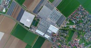 Europese stad dichtbij serres, grote serre complexe dichtbijgelegen het Europese dorp, Google Maps-illusie stock footage