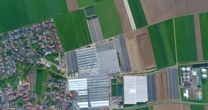 Europese stad dichtbij serres, grote serre complexe dichtbijgelegen het Europese dorp, Google Maps-illusie stock video