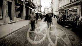 Europese stadsstraat met zich de tijdspanne van de mensentijd en het concept van het klokmechanisme het bewegen stock footage