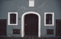 Europese stijlvoorgevel met rolling shutter op vensters stock foto
