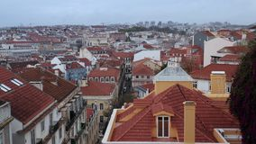 Europese straat, tussen de huizen, stedelijk architectuurdak van Lissabon, Portugal stock video