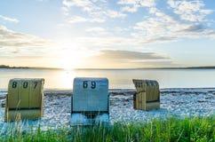 Europese Strand rieten stoelen Stock Afbeelding