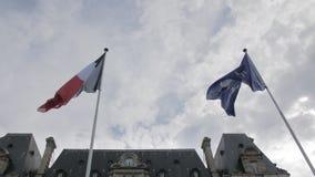 Europese Unie de vlag en Frankrijk markeren het golven in de wind tegen de blauwe hemel Het concept patriottisme Langzame Motie stock video