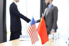 Europese Unie en Amerikaanse leiders die handen op een overeenkomstenovereenkomst schudden Royalty-vrije Stock Foto