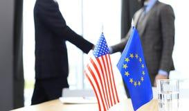 Europese Unie en Amerikaanse leiders die handen op een overeenkomstenovereenkomst schudden Stock Afbeelding