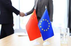 Europese Unie en Amerikaanse leiders die handen op een overeenkomstenovereenkomst schudden Stock Foto's