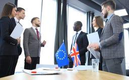 Europese Unie en van het Verenigd Koninkrijk leiders die handen op een overeenkomstenovereenkomst schudden Stock Fotografie