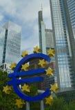 Europese Unie Euro symbool in Frankfrurt Stock Afbeelding