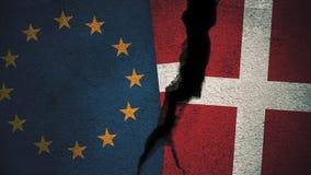 Europese Unie versus de Vlaggen van Denemarken op Gebarsten Muur Stock Afbeelding