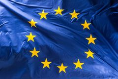 Europese Unie vlag De EU-vlag die in de wind blazen stock foto's