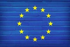Europese Unie Vlag die op bakstenen muur wordt geschilderd De achtergrond van de textuur stock illustratie