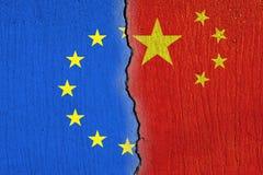 Europese Unie vlag en Chinese die vlag op gebarsten muur, van de EU en van China relaties wordt geschilderd royalty-vrije illustratie