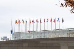Europese Unie Vlaggen en de vlagvliegen van Frankrijk bij helft-mast Royalty-vrije Stock Foto