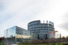 Europese Unie Vlaggen en de vlagvliegen van Frankrijk bij helft-mast Stock Foto