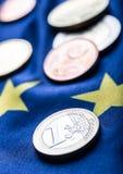 Europese vlag en euro geld Muntstukken en bankbiljetten Europese die munt vrij op Eur wordt gelegd Stock Afbeeldingen