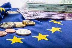 Europese vlag en euro geld Muntstukken en bankbiljetten Europese die munt vrij op Eur wordt gelegd Stock Fotografie