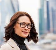 Europese vrouw op middelbare leeftijd met glazen royalty-vrije stock foto's