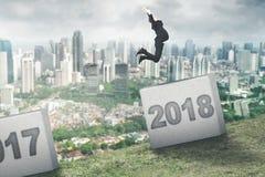 Europese zakenman die aan nummer 2018 springen Royalty-vrije Stock Fotografie