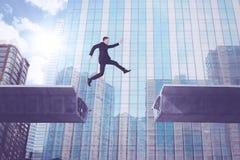 Europese zakenman die over brughiaat springen Stock Foto's