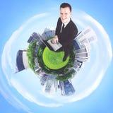Europese zakenman met laptop in de 3d stad Royalty-vrije Stock Afbeelding