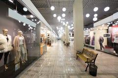 Europäischer Mallinnenraum mit Shops Stockbild