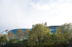 EuropéParliamentt byggnad som ses till och med träd Arkivbilder