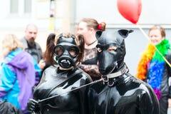 Europride 2014 couples en cuir posant sur l'appareil-photo Images libres de droits