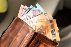 Euroräkningar i en plånbok Arkivbilder