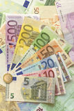Euroräkningar med euromyntet Arkivbild