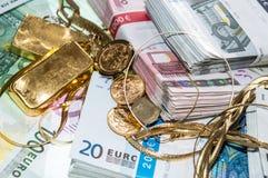Euroräkningar och guld- Arkivfoton
