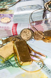 Euroräkningar och guld- Royaltyfria Bilder