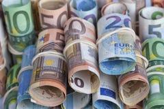 Euroräkningarna som används mest av européer, är de av 5 10 20 50 Arkivbilder