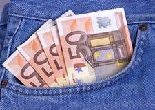 50 Eurorechnungen in der Blue Jeans-Tasche Lizenzfreie Stockfotos
