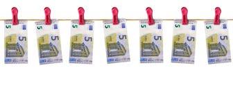 Eurorechnungen, die von einer Linie hängen Lizenzfreie Stockfotografie