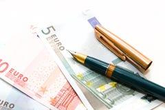 Eurorechnungen und Feder Stockfotografie