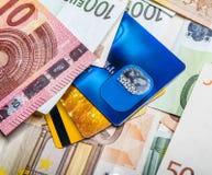 Eurorechnungen und Kreditkartehintergrund Stockbilder