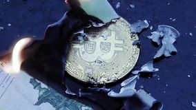 Eurorechnungsgeldbrennen Finanzkonzept mit goldenem Bitcoins-Ende von der 100-Euro-Banknote stock video